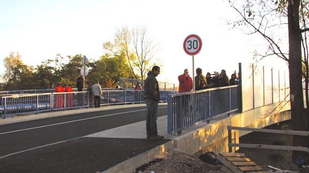 Zcela nový most v pondělí zahájil svůj provoz v Mladém na okraji Českých Budějovic. Původní kamenný most musel ustoupit při rekonstrukci železničního koridoru.
