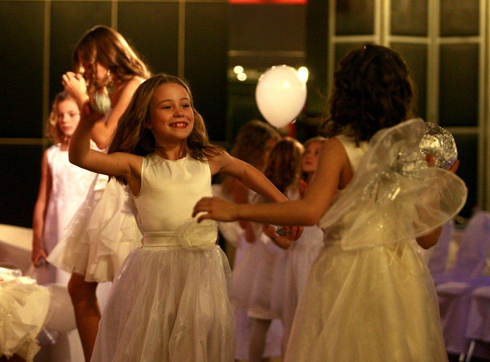 Obrázky dětí z centra ARPIDA se dražily v pondělí v budějovickém DK Metropol. Šestý ročník charitativní akce Andělská aukce přinesl rekordní vydraženou částku 701 000 korun, za šest let se vybraly tři miliony korun.