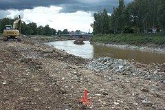 Bagry na Vltavě v Českých Budějovicích prohlubují koryto řeky, voda tak i při současné situaci teče jen korytem.