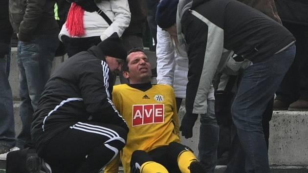 Dynamu v Riedu chyběl Jan Riegel, jenž se předtím v Písku proti Slavii zranil: na snímku ho ošetřuje masér Vladimír Adam.