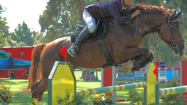 Podobných krásných skoků, jaké předvádí Petr Eim, uvidí milovníci jezdeckých závodů u zámku Jemčina spoustu.