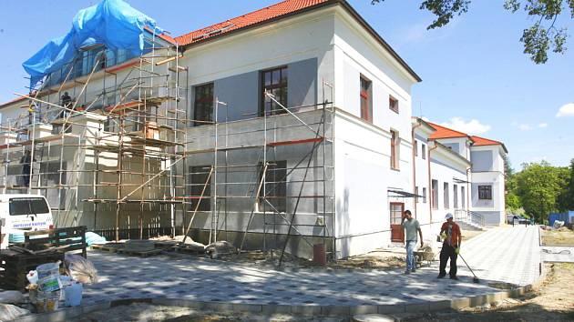 Podle starosty Týna nad Vltavou by se mohla být čerstvě zrekonstruovaná Sokolovna veřejnosti představit koncem srpna na čtvrtém ročníku Vltavotýnských letních slavností. Lidé v Sokolovně nenajdou jen divadelní sály, ale například posilovnu či restauraci.