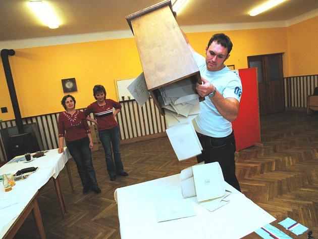 Člen volební komise v Dlouhé Lhotě na Táborsku  Radek Čihák vysypává hlasovací lístky z volební urny.