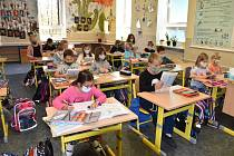 Do ZŠ v Boršově nad Vltavou se zatím vrátily čtyři třidy 1. a 2. ročníků. Ostatní žáci se ještě učí distančně on-line pomocí aplikací zoom, skype nebo whatsapp.