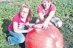 Jedenáctiletému Hynku Dvořákovi z Plané nad Lužnicí vyrostla na zahradě 59kilová dýně.