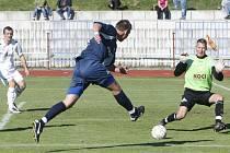 Písečtí fotbalisté před týdnem prohráli v České Lípě 0:3 (na snímku zasahuje brankář Vít Pešula), v neděli by si proti Roudnici rádi spravili chuť.