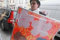 Zhruba 130 prací Andyho Warhola, jejichž pojistná hodnota je několik desítek milionů, přivezli ve čtvrtek z Prahy zástupci Alšovy jihočeské galerie. Ta ikoně pop artu uspořádá velkou výstavu, jež začne v červenci na Hluboké.