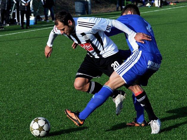 Vítězný gól Dynama ve druhém zápase se Znojmem dal Ondřej Herzán (na snímku ho atakuje znojemský Faouzi).