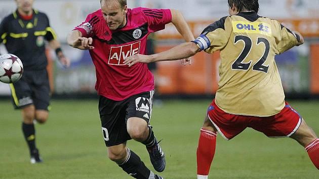 Pavel Mezlík v nedělním utkání Dynama s Brnem uniká hostujícímu Trousilovi.