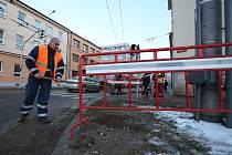 Vodovod praskl v úterý odpoledne na křižovatce Senovážného náměstí a Žižkovy třídy poblíž centra Budějovic. Oprava si ve středu v místě vyžádá dopravní omezení.