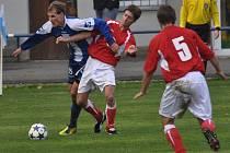 Strakonický Milan Glazunov v derby s Milevskem uniká Janu Málkovi.