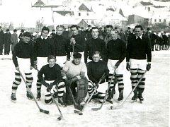 Družstvo ledního hokeje SK Olympie na zamrzlé Vltavě roku 1942.