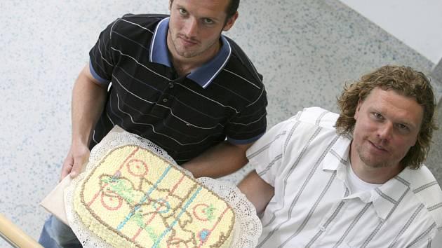 Místa soupeřů hokejistů HC Mountfield v Lize mistrů, kterými jsou Slovan Bratislava a Ufa, převzali kapitán Petr Sailer (vlevo) a brankář Roman Turek na mapě v podobě dortu, který byl vytvořen jako hokejové hřiště.