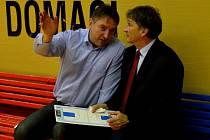 DOHODLI SE. Generální manažer strakonického basketbalového klubu Eduard Gaisler (vlevo) a trenér týmu Ivan Beneš se domluvili na další spolupráci.