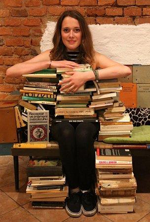 VČeských Budějovicích začne 20.dubna festival Literatura žije, potrvá do 22.dubna. Ve veřejné sbírce se sešlo 3000knih. Na snímku pracovnice literární kavárny Měsíc ve dne Karolina Lhotská.