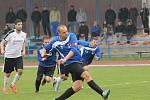 Střílí k tyči, gól to ale není. SK Čtyři Dvory (v bílém) porazil v I.A fotbalisty Ledenic 5:1.