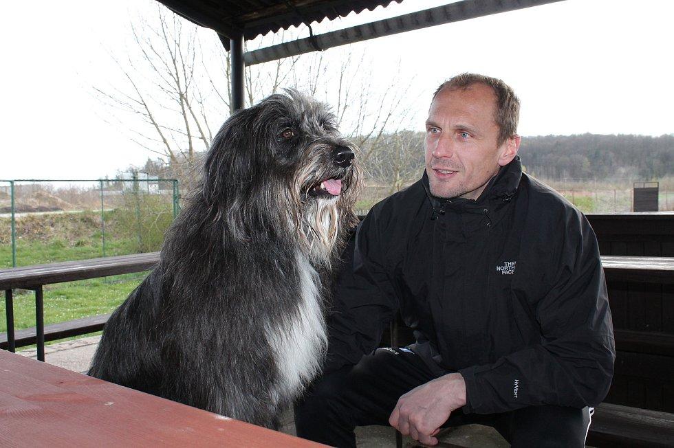 Ve volném čase se Jaroslav Drobný věnuje svému psu Arisovi. Mimo dobu covidu trénoval psa v Hluboké nad Vltavou, teď může pokračovat.