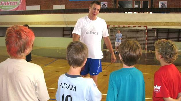 Děti, které se zúčastnily letošního Erima handball campu 2008, velmi pozorně naslouchaly radám Filipa Jíchy.   Nejlepší český házenkář měl o čem vyprávět a co ukazovat.