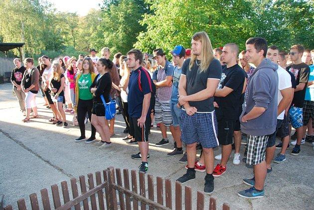 První školní den na SOŠ a SOU Hněvkovice. Na snímku žáci vyšších ročníků shromáždění před budovou školy.