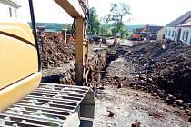Dopravní omezení a práce na nové kanalizaci v Holašovicích.