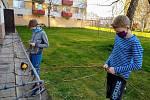 Synové českobudějovického učitele Martina Volného si prvně vyzkoušeli pletení pomlázky. Na snímku je vpředu Filípek, vzadu Davídek.