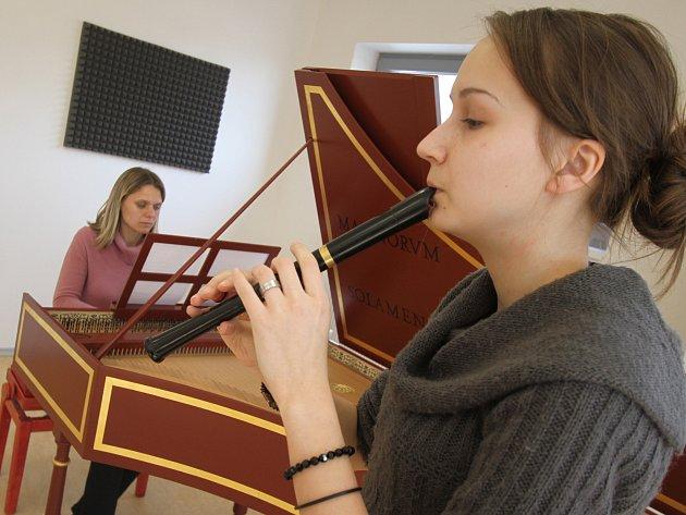 Přístavbu českobudějovické konzervatoře již využívají studenti a učitelé. Na snímku v popředí hraje na zobcovou flétnu Petra Brynychová, vzadu cembalistka Jitka Šlechtová.