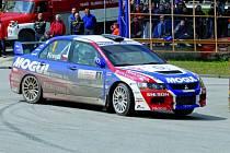 Roman Kresta si jede pro zasloužené prvenství v minulém ročníku Rallye Český Krumlov.