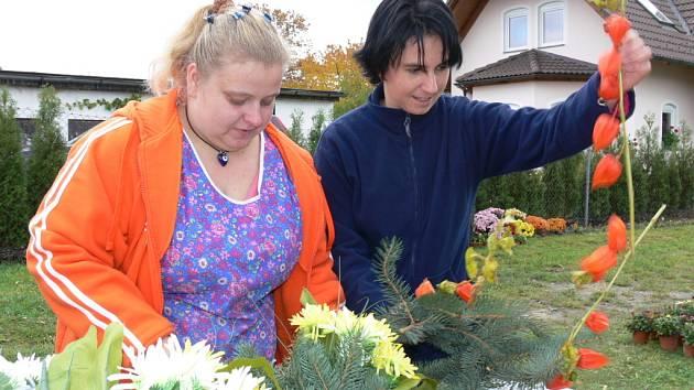 Svátek Památky zesnulých si lidé připomenou již zítra. Proto se na hřbitovech čeká nával příbuzných, kteří si přijdou vzpomenout na své zesnulé. Také proto mají v těchto dnech květinářství plné ruce práce.