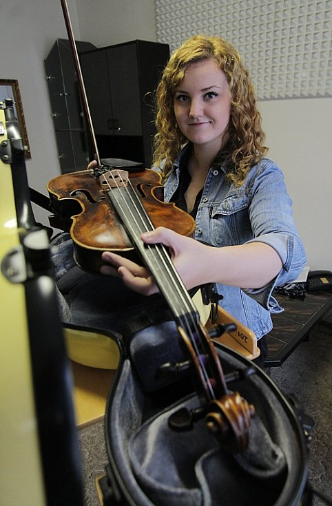 Violistka Lenka Němcová, rodačka z Českých Budějovic, absolutní vítězka soutěže konzervatoří 2014 v oboru viol.