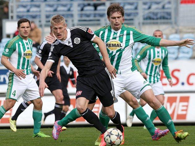 Michal Škoda v zápase Dynama s Bohemians uniká Jindřiškovi a Škerlemu.