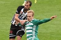 David Ledecký v zápase Dynama s Bohemians (3:2) přispěl k výhře svého týmu dvěma góly (na snímku bojuje s Lukášem Pokorným).