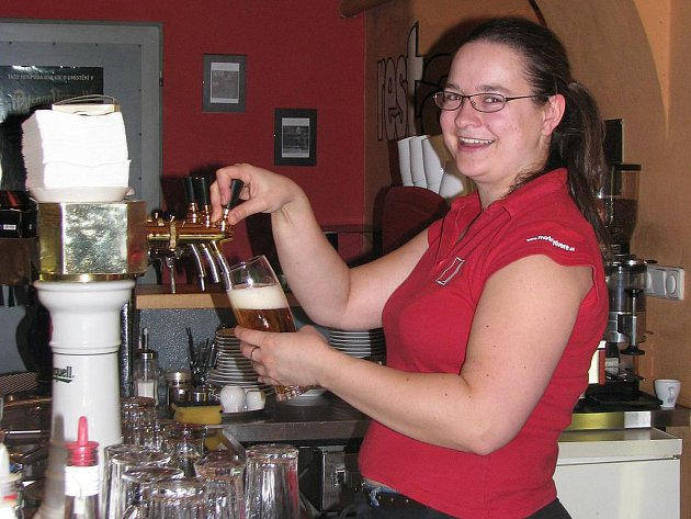 ZA PULTEM. Lucie Bártová čepuje pivo, roznáší jídlo i míchá nápoje.