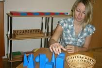 Zakladatelka Montessori centra v Českých Budějovicích Kristýna Beránková ukazuje jednu z montessori pomůcek, geometrická tělesa.