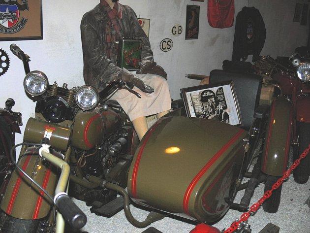 Přesně tento motocykl se sajdkárem vozil v seriálu Bylo nás pět Dagmar Havlovou, Oldřicha Navrátila a Adama Nováka, hlavní protagonisty rodiny Bajzů. V současné době ho majitel Petr Hošťálek vystavuje ve svém muzeu na Piaristickém náměstí.