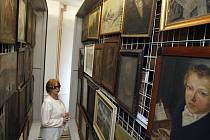 Ve vlastním depozitáři o rozloze 1700 metrů čtverečních bude umístěno téměř šest tisíc položek textilu, skla, obrazů, soch, keramiky a nábytku. Na snímku kurátorka muzea Nora Jelínková.