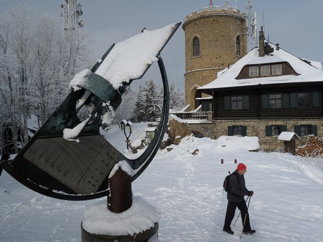Převaha slunečních dní na vrcholu Kleti (1084 m.n.m.), v průměru 2012 hodin za rok, což znamená 5,5 h, den co den, předurčila toto místo pro astronomická pozorování.
