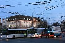 V ranních hodinách se na namrzlé vozovce na Senovážném náměstí v Českých Budějovicích srazily dva autobusy.