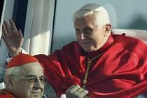 Kardinál Miloslav Vlk a papež Benedikt XVI. při jeho návštěvě České republiky v roce 2009.