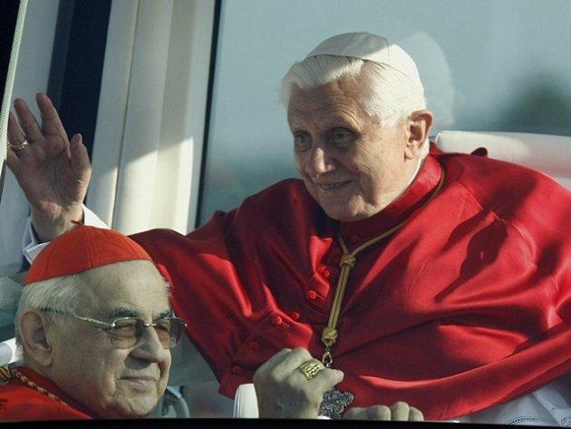 Kardinál Miloslav Vlk a papež Benedikt XVI. při jeho návštěvě České republiky vroce 2009.