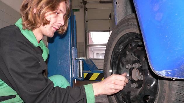 V těchto dnech mají pneuservisy napilno, protože řidiči už začali vyměňovat zimní pneumatiky za letní. Pro výměnu pneumatik hovoří současné teplé počasí. O výměnu kol se stará v českobudějovickém značkovém servisu CB Auto i Vilém Fröstl.