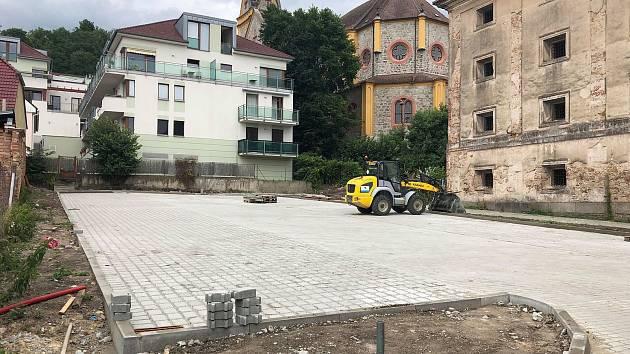 Parkoviště určené pro obyvatele Hluboké nad Vltavou vzniklo ve Zborovské ulici. Jeho cena vyšla na tři miliony korun.