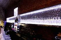 V pivovarských sklepeních táborského hradu Kotnov v sobotu večer otevřou nový hudební klub. Jeho interiér vyzdobil módní návrhář Josef Klír, dominantou je patnáctimetrový skleněný kříž vážící tři tuny.