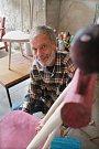 Malíř a scénograf Tomáš Paul, který žil poslední léta v Třeboni, zemřel 6. května 2015. Bylo mu 68 let.Na snímku z roku 2013 ve svém třeboňském ateliéru.
