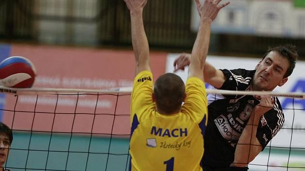 Michal Sukuba útočí proti bloku Martina Macha z Ústí. Jihostroj prohrál třetí utkání čtvrtfinále na severu Čech 1:3.