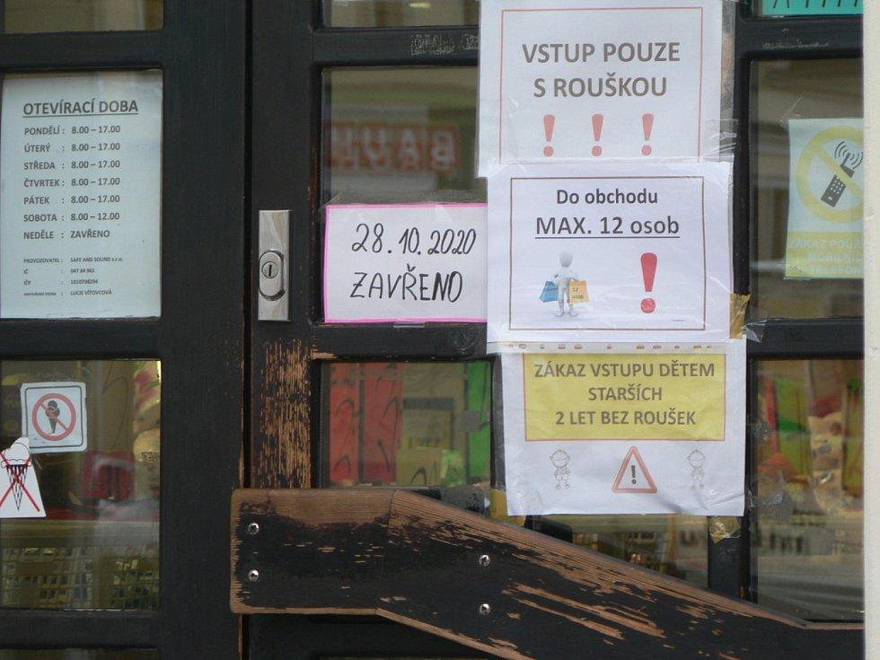 Zavřené některé obchody a omezení pohybu osob zcela vyklidily v pátek 23. října 2020 dopoledne Lannovu třídu v Českých Budějovicích.