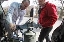 Zvon, který téměř před rokem ukradli zloději, se vrátil do Boršova nad Vltavou. Do zvoničky bude zavěšen v sobotu 31. března. Na snímku jej vykládají Miroslav Nejedlý a Jan Zeman.
