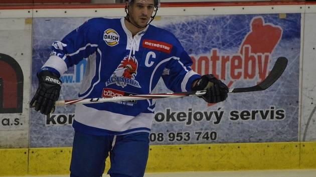 KAPITÁN.  K vítězství svého týmu v Sokolově 2:3 Tomáš Matušík přispěl třemi vstřelenými góly.