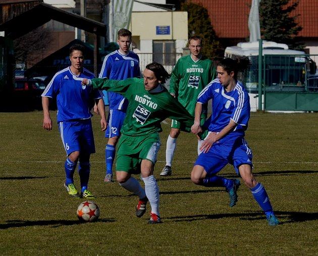 FOTBAL PRO RADOST. Fotbal v nižších soutěžích se hraje především pro radost. Jako například v archivním snímku z utkání Čížová - Tachov.