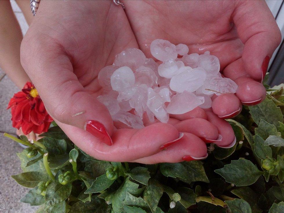 Část Jihočeského kraje, zejména Českobudějovicko, zasáhly v neděli odpoledne intenzivní bouřky doprovázené silným deštěm a krupobitím. Snímek je z Lišova.
