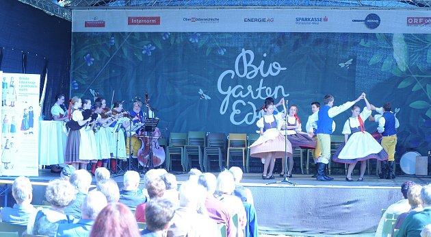 Folklorní soubor Bystřina při svém vystoupení vhornorakouském městě Aigen-Schläg.